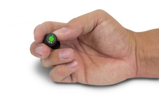 Einer der beiden eingeschalteten Fireflies-Ohrstecker (Bild: Fireflies Audio)