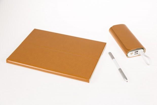 Das Matebook im zusammengeklappten Tastatur-Cover, daneben der Matepen und das Matedock in seiner Hülle (Bild: Martin Wolf/Golem.de)