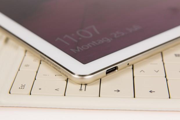 Das Matebook hat neben der Kopfhörerbuchse nur einen Anschluss - einen USB-Typ-C-Port, über den das Tablet auch geladen wird. (Bild: Martin Wolf/Golem.de)