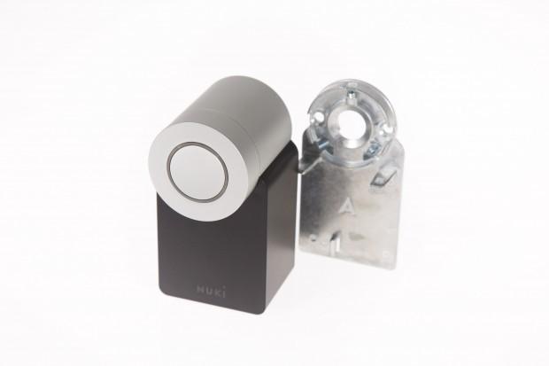 Das Nuki-Smart-Lock mit einer der beiden Halteplatten. (Bild: Martin Wolf/Golem.de)
