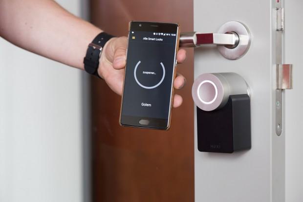 Über eine App können Nutzer die Tür dann zu- und aufsperren. (Bild: Martin Wolf/Golem.de)
