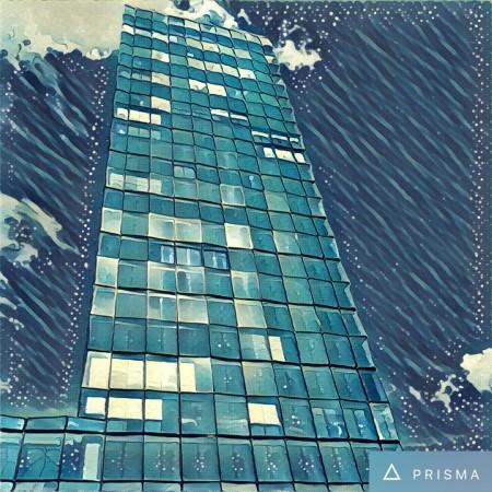 """Die blau umspülte Redaktionszentrale erinnert an """"Die große Welle"""" des japanischen Künstlers Katsushika Hokusai. Enstanden ist es durch den Filter """"Wave"""". (Bild: Prisma App)"""
