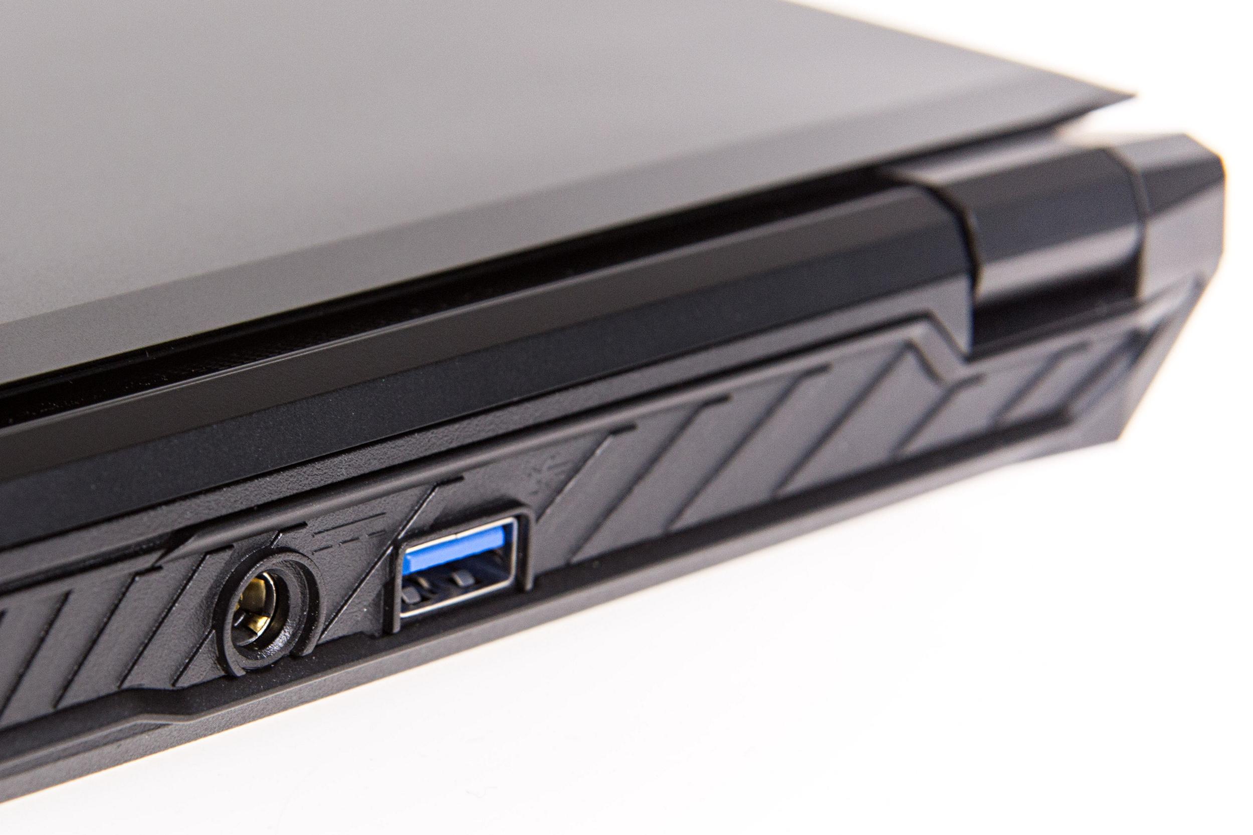 Core i7-6820HK: Das bringt CPU-Overclocking im Notebook - Das 120-Watt-Netzteil wird hinten angeschlossen (Foto: Martin Wolf/Golem.de)