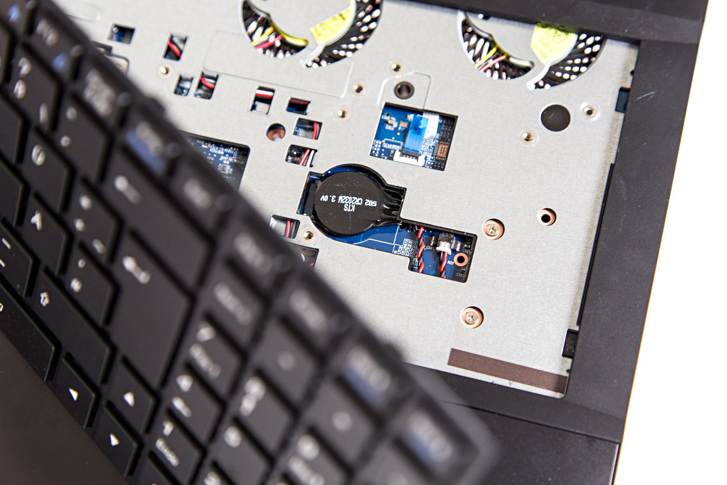 Core i7-6820HK: Das bringt CPU-Overclocking im Notebook - Die Bios-Batterie befindet sich unter der Tastatur (Foto: Martin Wolf/Golem.de)