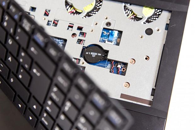 Die Bios-Batterie befindet sich unter der Tastatur (Foto: Martin Wolf/Golem.de)