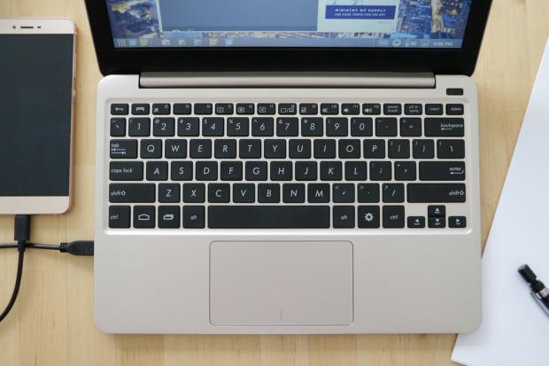 Das Laptop-Dock Superbook mit angeschlossenem Android-Smartphone (Bild: Andromium)