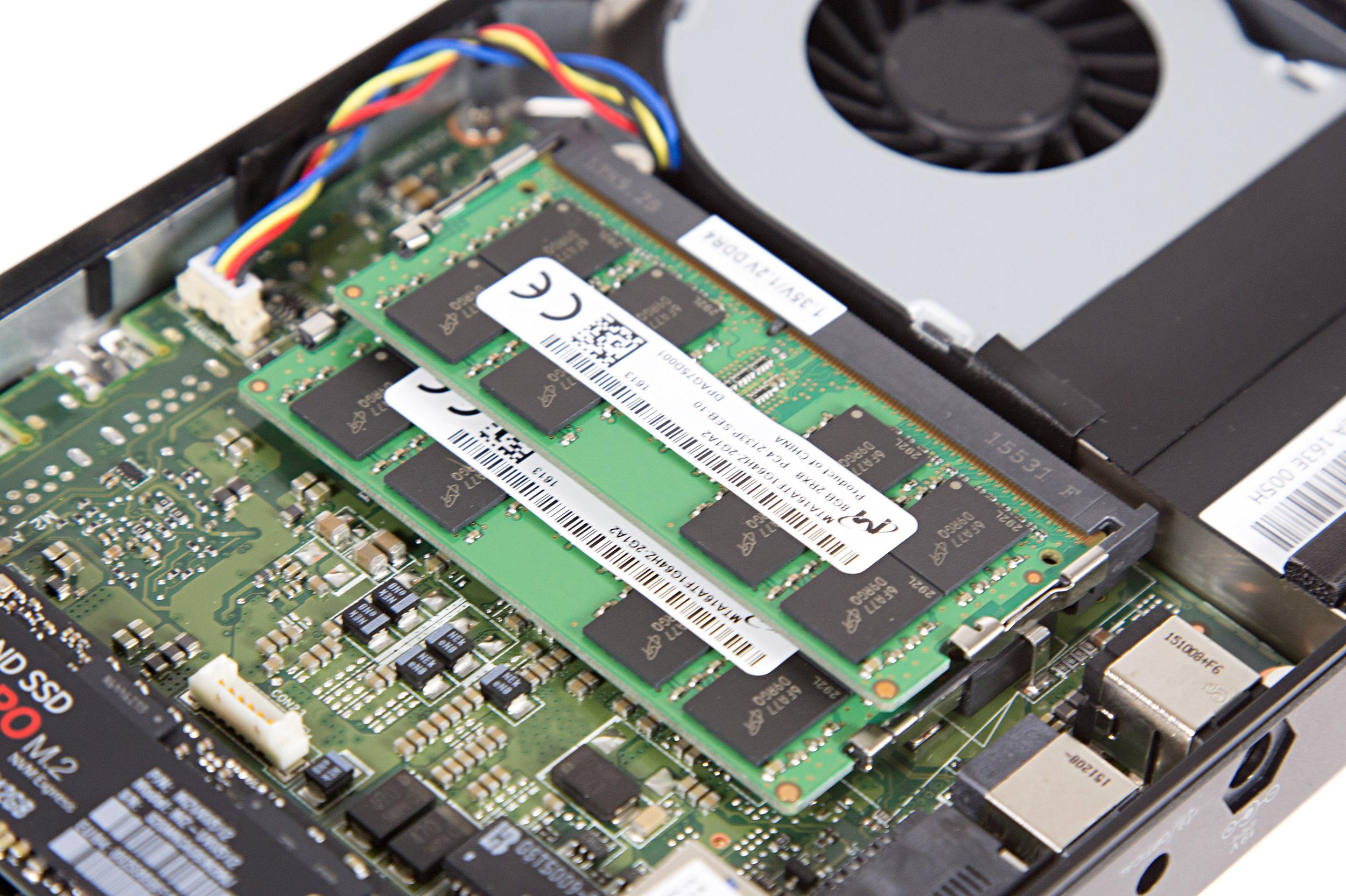 Mini-PC Skull Canyon im Test: Totenkopf-NUC mal nicht von ihren Treibern ermordet - Die NUC nimmt zwei SO-DIMMs vom Typ DDR4 auf. (Bild: Martin Wolf/Golem.de)