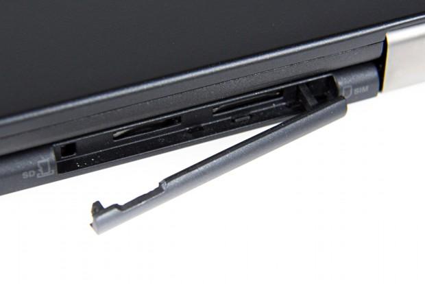 Der Micro-SD-Kartenleser ist nur bei zugeklapptem Display erreichbar. (Foto: Martin Wolf/Golem.de)