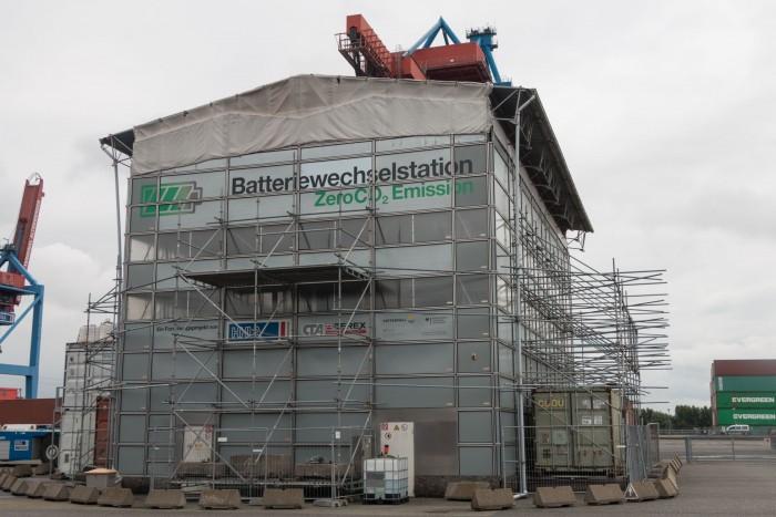 Einige der AGVs habe Elektroantrieb und Wechselakkus, die hier getauscht werden. (Foto: Werner Pluta/Golem.de)