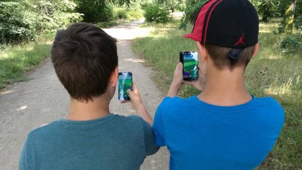 Die nächste Generation macht sich mit dem Smartphone auf die Suche nach Pokémon. (Foto: Martin Wolf)