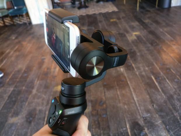 Der Osmo Mobile funktioniert wie die beiden bisherigen Osmo-Modelle, nur dass keine Kamera eingebaut ist. (Bild: Tobias Költzsch/Golem.de)