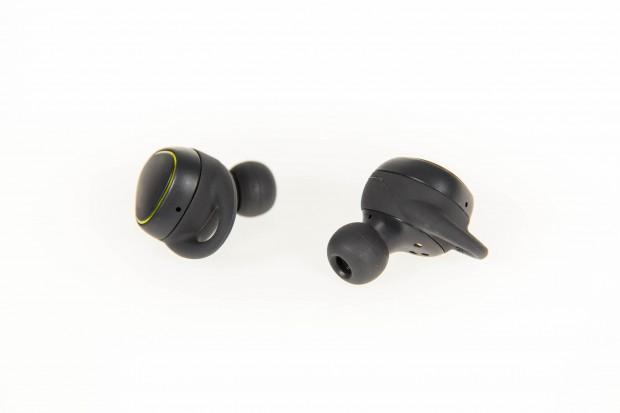 Samsungs Fitness-Kopfhörer Gear IconX verfügen über keinerlei Kabel. (Bild: Martin Wolf/Golem.de)