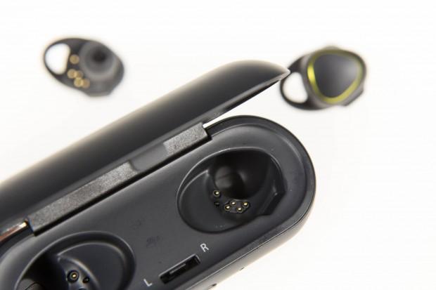 Geladen werden die Gear IconX in einer Ladeschale, die über einen eingebauten Akku verfügt. (Bild: Martin Wolf/Golem.de)