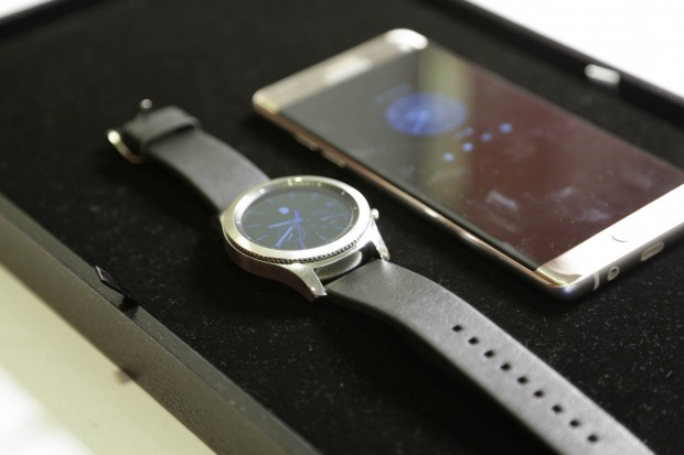 Die neue Gear S3 von Samsung, hier in der Classic-Variante mit silbernem Edelstahlgehäuse (Bild: Martin Wolf/Golem.de)