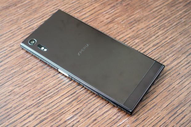 Beim Xperia XZ hat Sony das Design des Gehäuses etwas verändert, die Ränder sind jetzt abgerundeter. (Bild: Tobias Költzsch/Golem.de)