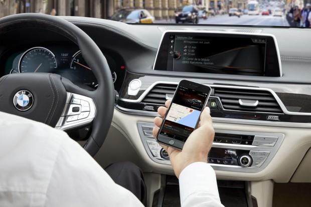 Das Ziel wird von Smartphone an das Navigationssystem übergeben. (Foto: BMW)