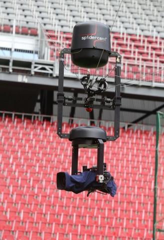 Seilkamera von Spidercam. Der Dolly kann von 20 m Höhe bis fast auf die Wasseroberfläche gesteuert werden. (Foto: Spidercam)