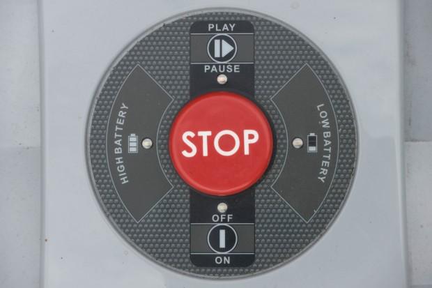 """Der Roboter mäht nicht automatisch, sondern nach Druck auf den """"Play""""-Knopf. (Bild: Martin Wolf/Golem.de)"""