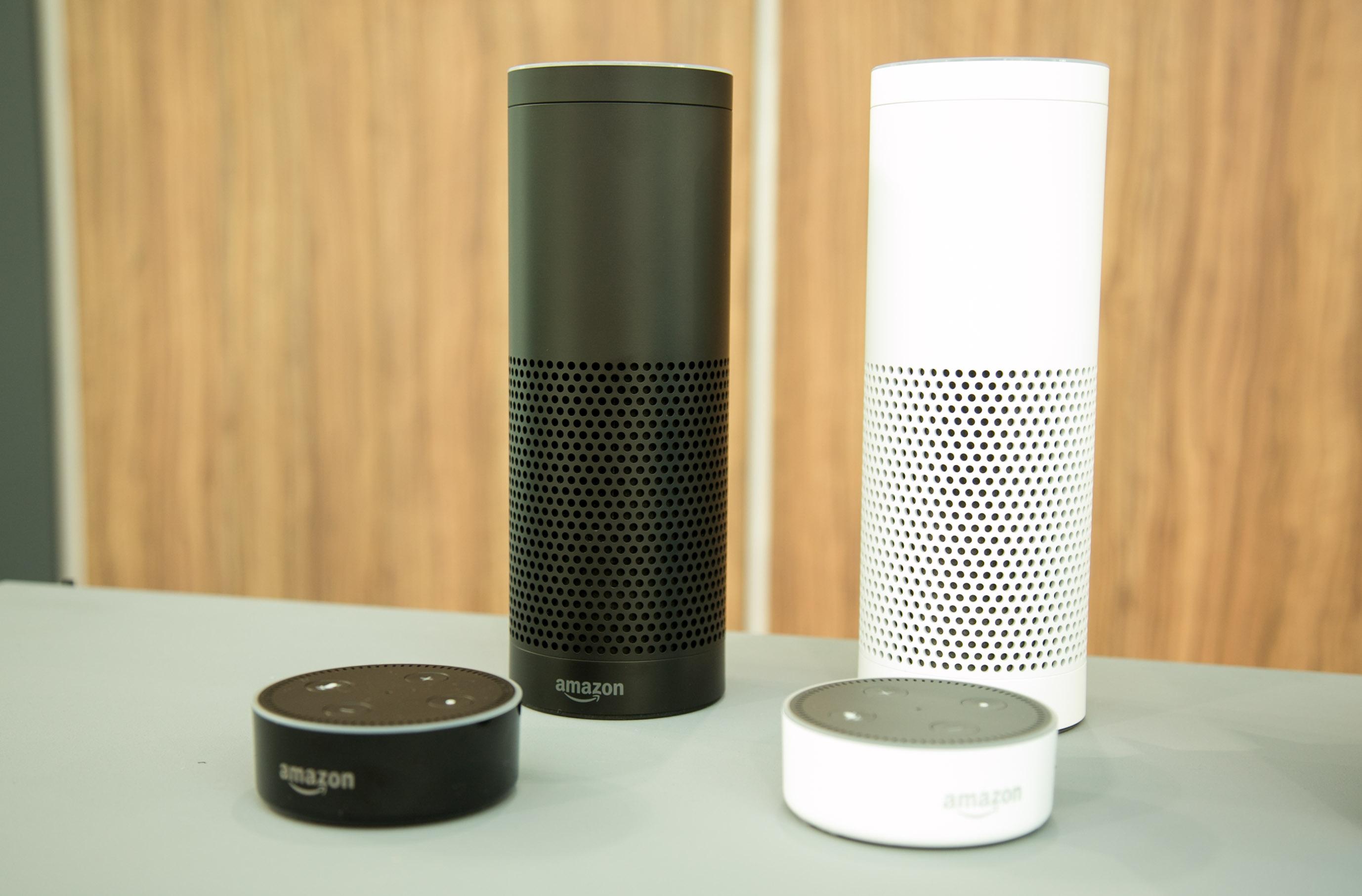 Echo und Echo Dot im Hands on: Amazons Alexa klingt auf Deutsch schon sehr gut - Echo und Echo Dot in zwei Farben (Bild: Amazon)