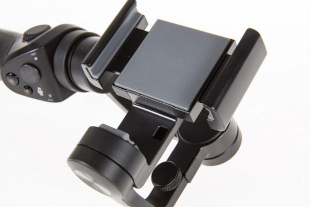 Das Smartphone wird in den Kopf des Gimbals gespannt. Geräte mit einer Breite von maximal 85 mm sind möglich. (Bild: Martin Wolf/Golem.de)