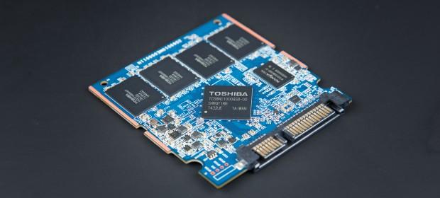 Platine einer SSD mit Controller, DRAM und Flash (Foto: Martin Wolf/Golem.de)