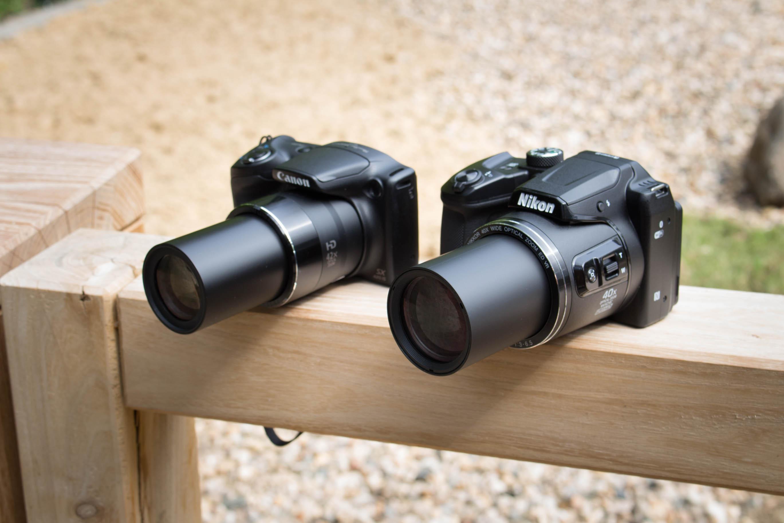 Canon vs. Nikon: Superzoomer für unter 250 Euro - Beide Kameras mit ausgefahrenem Zoom (Bild: Martin Wolf/Golem.de)