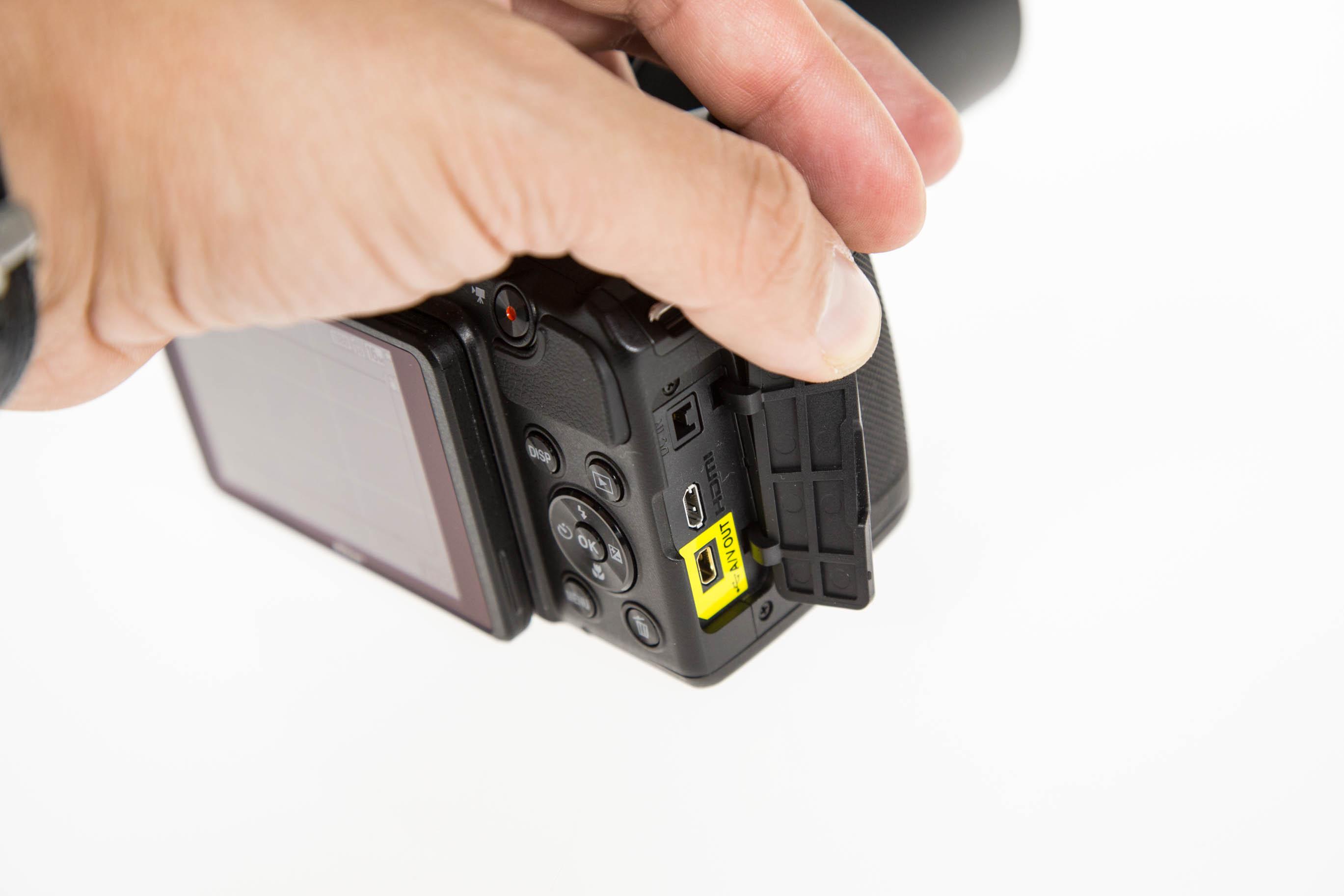Canon vs. Nikon: Superzoomer für unter 250 Euro - Die Coolpix bietet sogar einen Videoausgang per HDMI. (Bild: Martin Wolf/Golem.de)