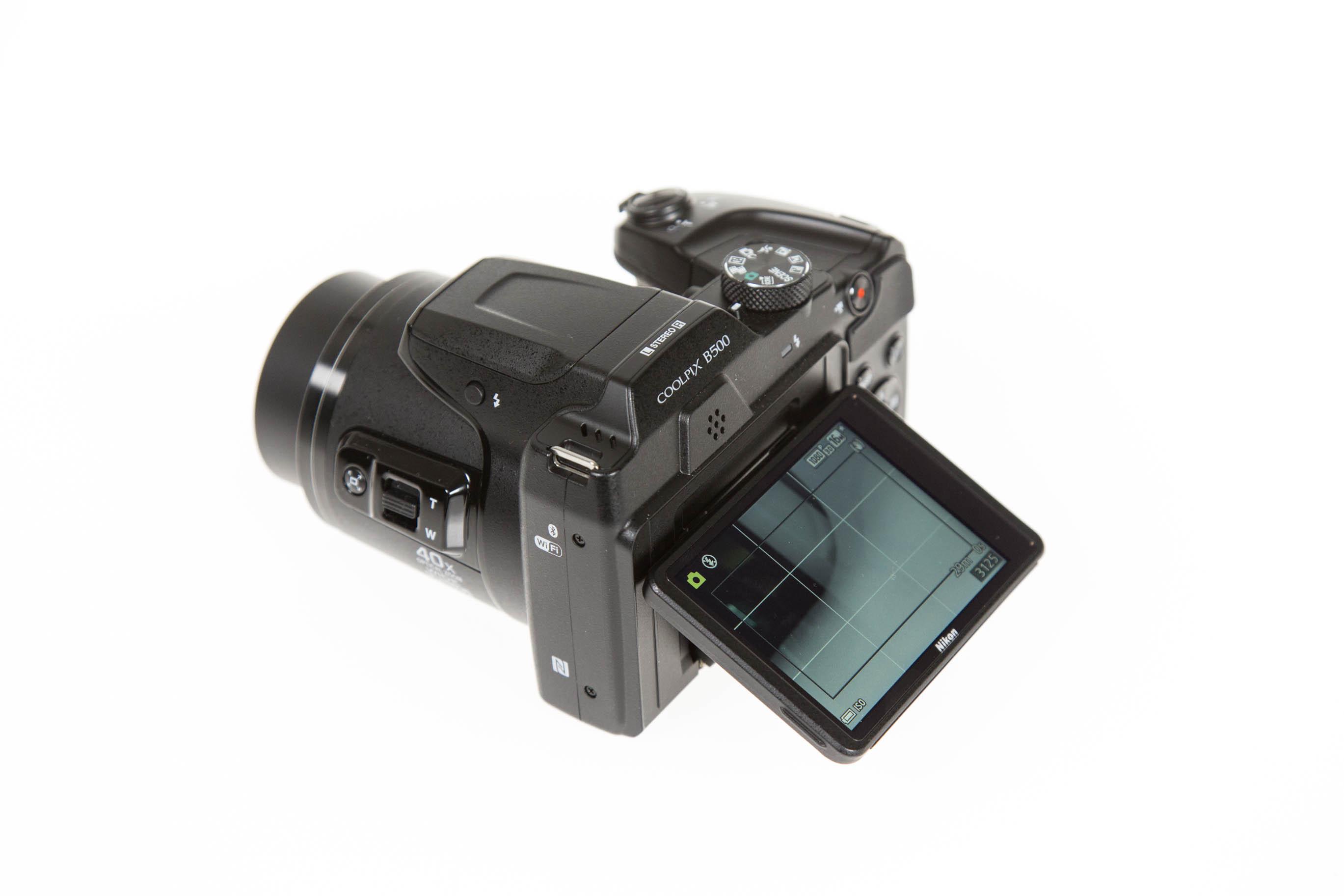 Canon vs. Nikon: Superzoomer für unter 250 Euro - Das Display ist klappbar. (Bild: Martin Wolf/Golem.de)