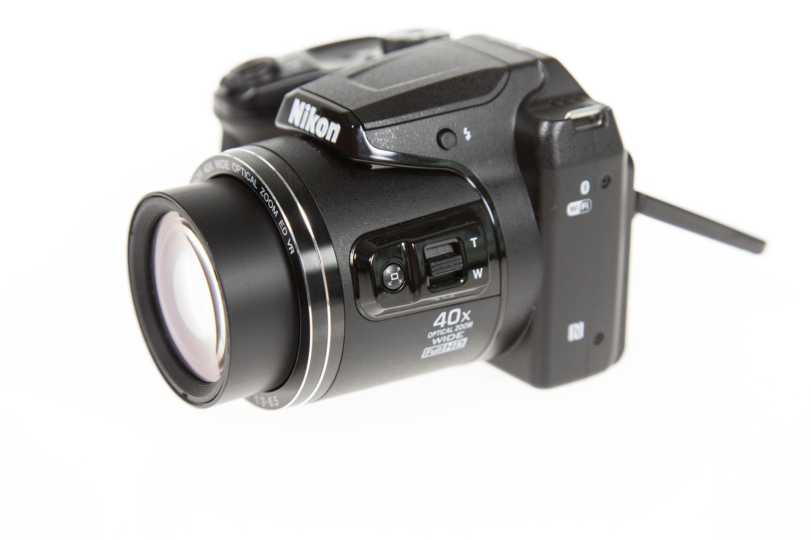 Canon vs. Nikon: Superzoomer für unter 250 Euro - An der linken Seite gibt es eine Zoomwippe. (Bild: Martin Wolf/Golem.de)