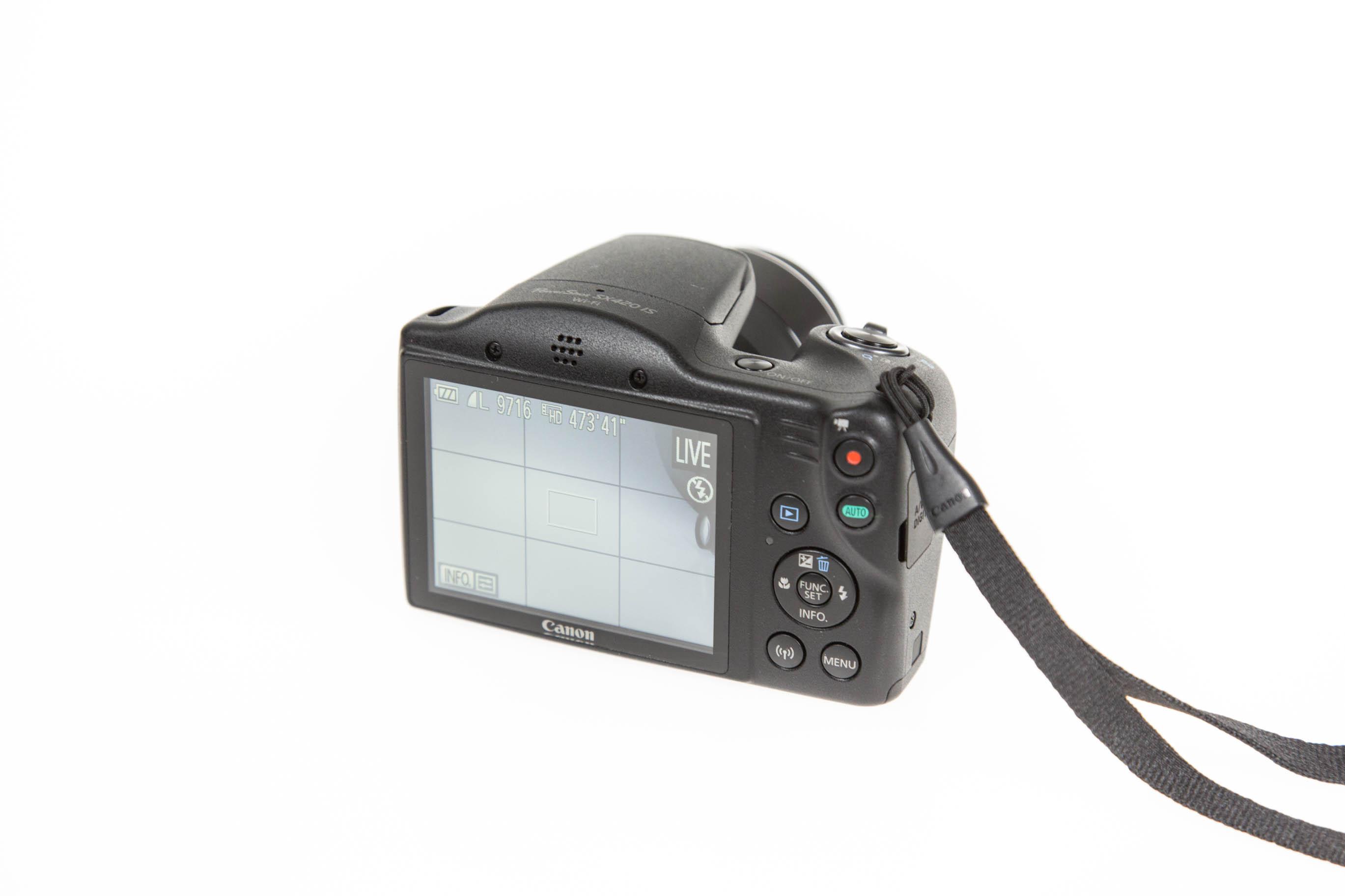Canon vs. Nikon: Superzoomer für unter 250 Euro - Das Display der Canon Powershot SX 420 IS ist fest verbaut. (Bild: Martin Wolf/Golem.de)