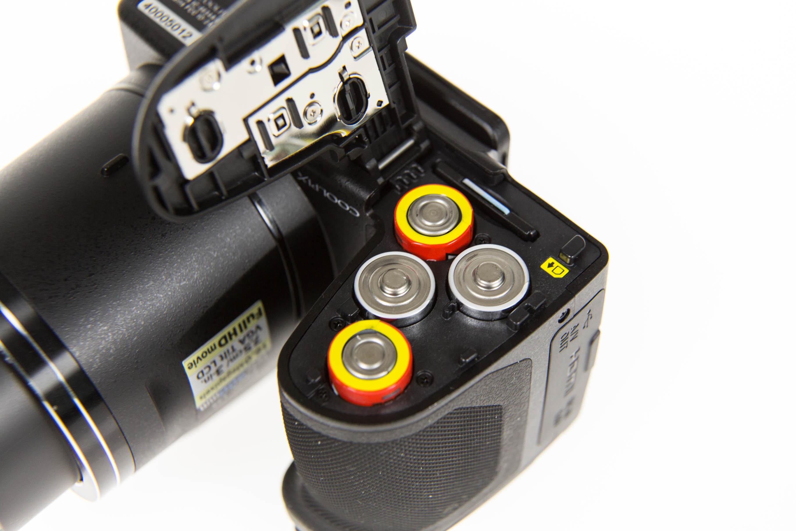 Canon vs. Nikon: Superzoomer für unter 250 Euro - Die Nikon Coolpix B500 kann mit normalen AA-Batterien oder Akkus betrieben werden. (Bild: Martin Wolf/Golem.de)