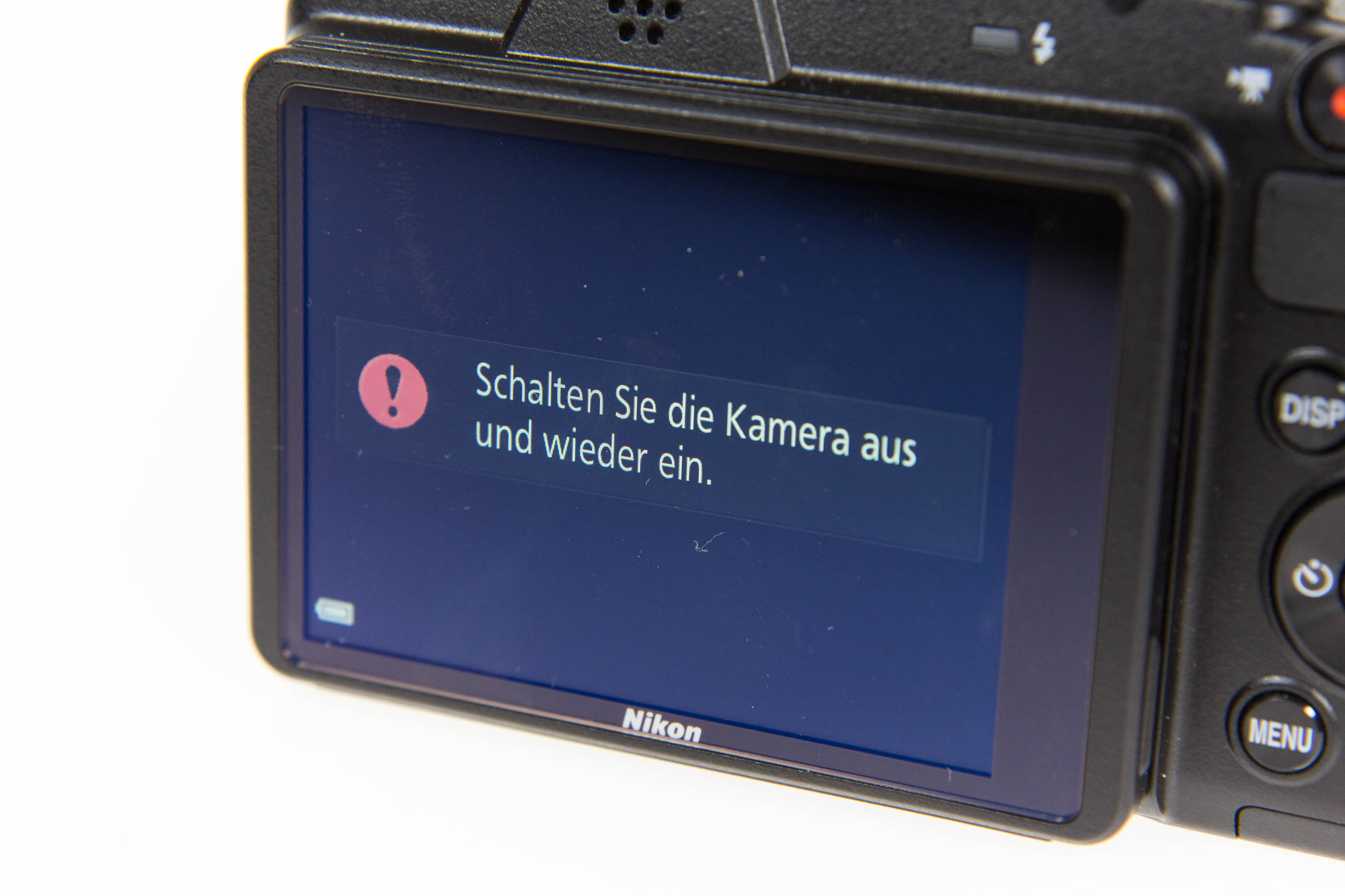 Canon vs. Nikon: Superzoomer für unter 250 Euro - Ist der Objektivdeckel noch drauf, geht bei der Nikon Coolpix B500 nichts. (Bild: Martin Wolf/Golem.de)