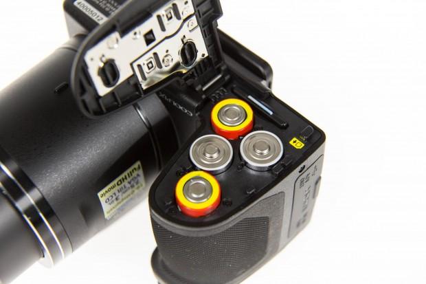 Die Nikon Coolpix B500 kann mit normalen AA-Batterien oder Akkus betrieben werden. (Bild: Martin Wolf/Golem.de)