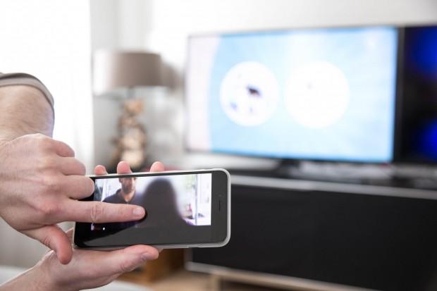 Mit einem Fingerwisch nach oben landet das Fernsehbild auf dem Fernseher. (Bild: Martin Wolf/Golem.de)