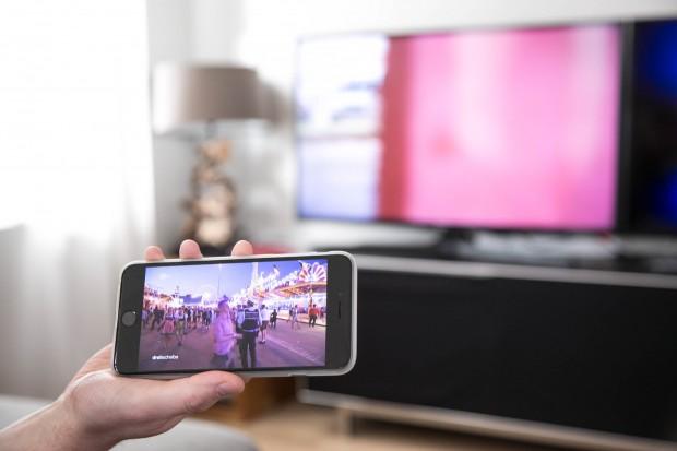 Während auf dem Fernseher ein Sender läuft, kann auf dem Smartphone gezappt werden. (Bild: Martin Wolf/Golem.de)