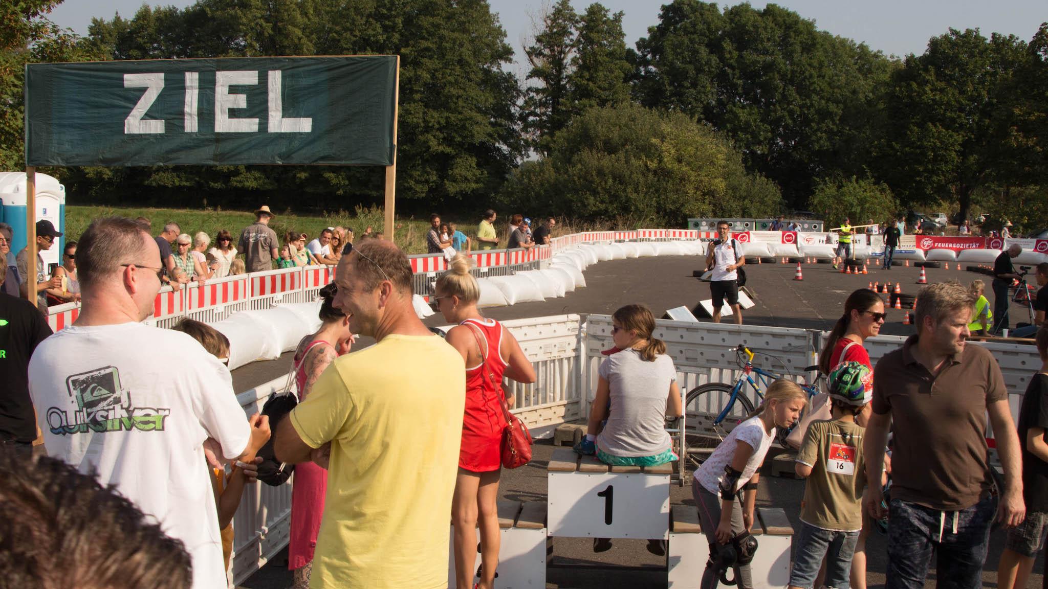 Bobbycar extrem: Gas geben mit der Fahrradbremse - ... angefeuert von Eltern, Freunden und Geschwistern. (Foto: Martin Wolf/Golem.de)