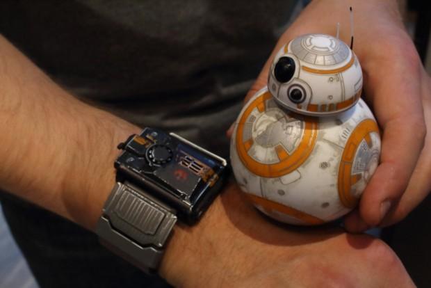 Armband und BB-8<br>(Alexander Merz/Golem.de)