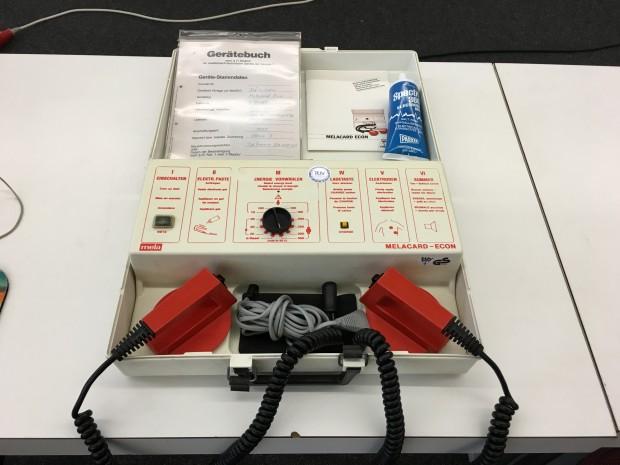 Auch ein Defibrillator war unter den Ausstellungstücken. (Bild: Mario Keller)