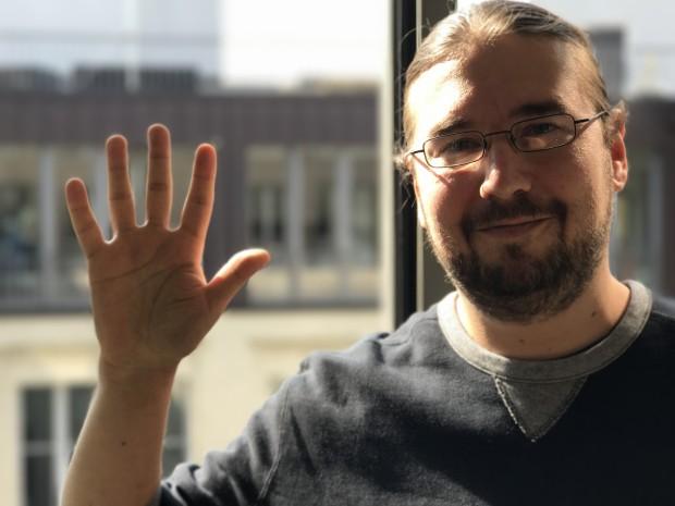 Die Räume zwischen den Fingern der Hand werden gut erkannt, allerdings ist die Hand bereits leicht unscharf - obwohl sie fast auf der gleichen Ebene wie das Gesicht ist. (Bild: Hauke Gierow/Golem.de)