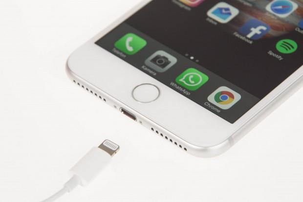 Einen Klinkenanschluss für Kopfhörer gibt es beim iPhone 7 Plus nicht mehr - der Kopfhörer wird stattdessen über den Lightning-Anschluss verbunden. (Bild: Martin Wolf/Golem.de)