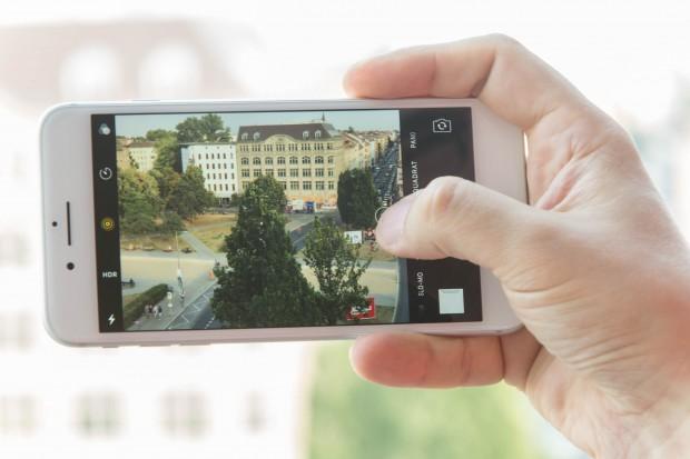 In der Kamera-App können Nutzer entweder direkt auf das zweite Objektiv umschalten oder mit einem digitalen Zoom stufenlos übergehen. (Bild: Martin Wolf/Golem.de)