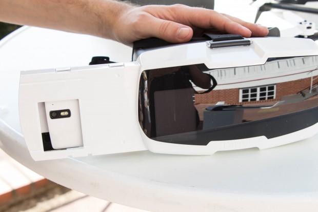 In Parrots VR-Brille dient das Smartphone als Display. (Bild: Martin Wolf/Golem.de)
