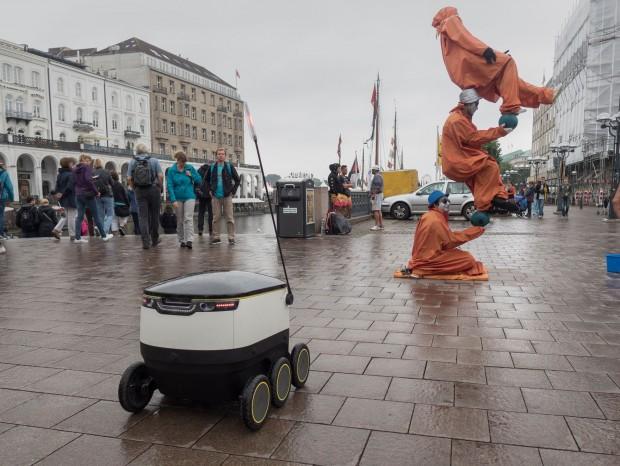 Der Lieferoboter von Starship Technologies in Hamburg - er soll sich möglichst unauffällig ins Stadtbild einfügen und wenig Aufmerksamkeit erregen. (Foto: Petra Vogt)