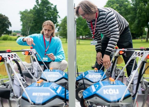 Entwickelt wurde der Roboter von Ahti Heinla (l.) - und zwar als Marsrover für einen Nasa-Wettbewerb. (Foto: Joel Kowsky/Nasa)