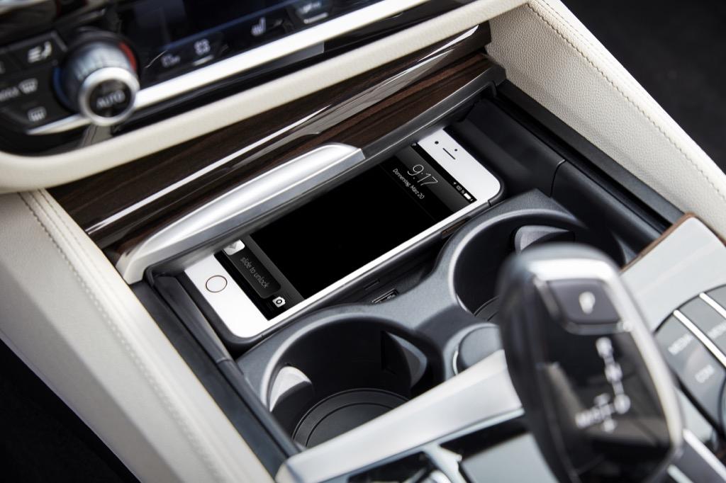 Assistenzsysteme: Neuer 5er BMW fährt ein bisschen automatisch - Induktionsladeschale im 5er BMW (Bild: BMW)