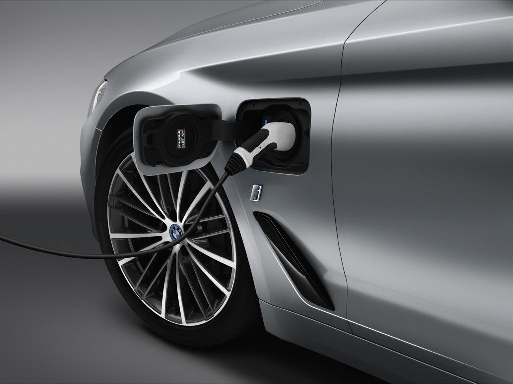 Assistenzsysteme: Neuer 5er BMW fährt ein bisschen automatisch - Plugin-Version des 5er BMW (Bild: BMW)