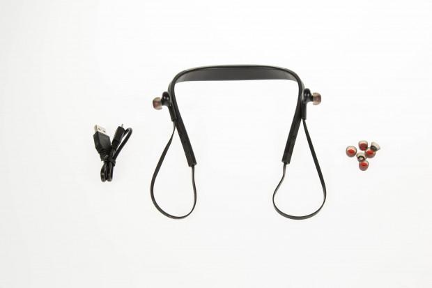 Jabras Halo Smart mit USB-Kabel und drei Austausch-Ohrstöpseln (Bild: Martin Wolf/Golem.de)