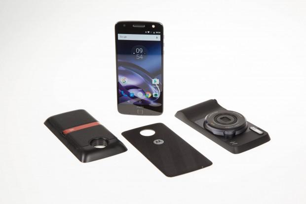 Das Moto Z mit Rückdeckel, Soundboost Speaker und Hasselblad-Kamera (Bild: Martin Wolf/Golem.de)