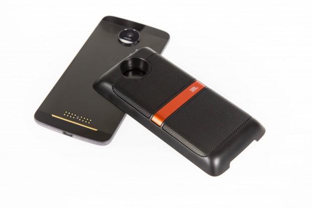 Die Module werden magnetisch am Smartphone befestigt, die Verbindung erfolgt über Metallkontakte. (Bild: Martin Wolf/Golem.de)