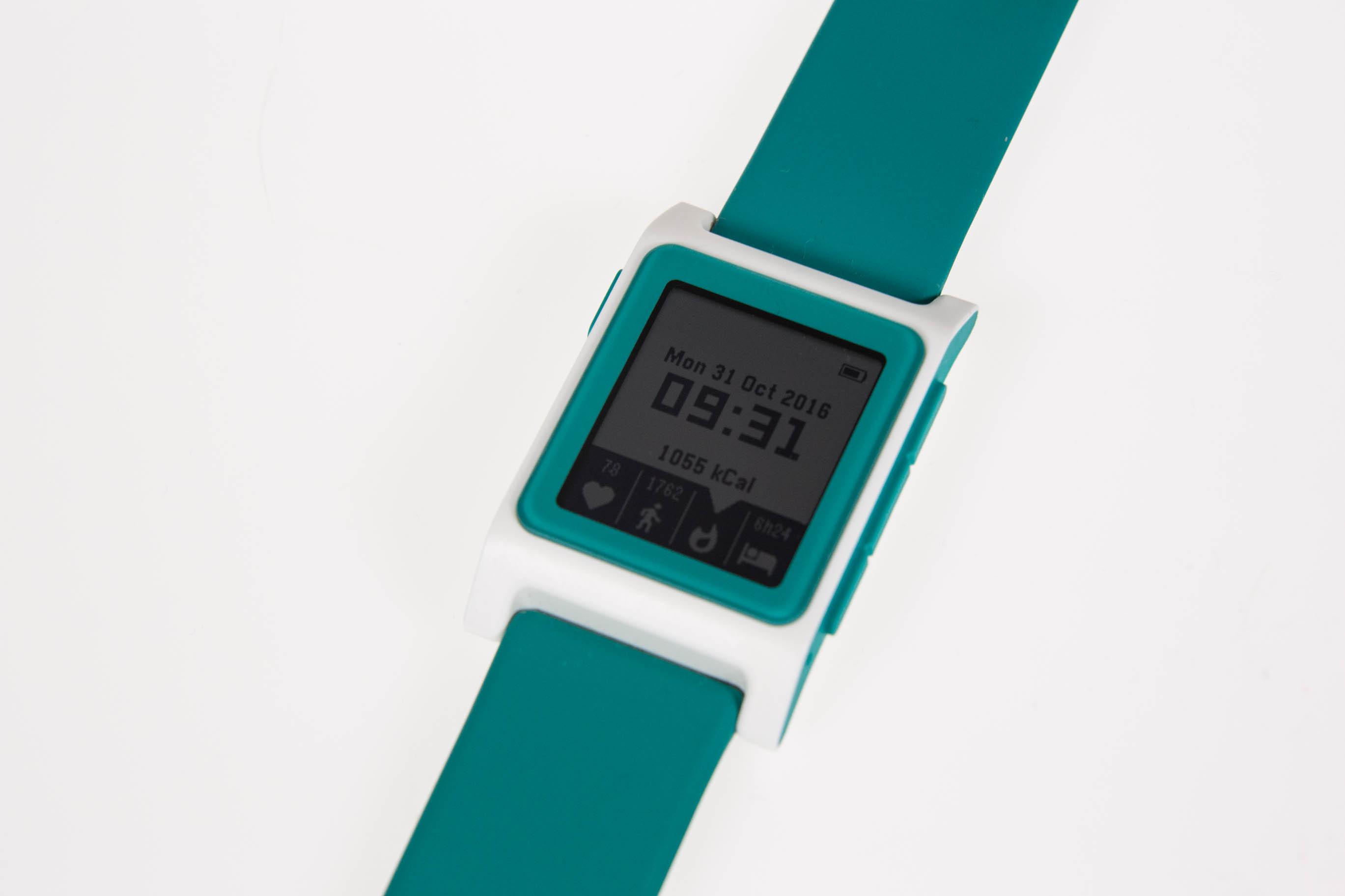 """Pebble 2 im Test: Die Always-on-Smartwatch mit Charme - Die neue Pebble 2 in der etwas gewagten Farbkombination """"Aqua"""" (Bild: Martin Wolf/Golem.de)"""